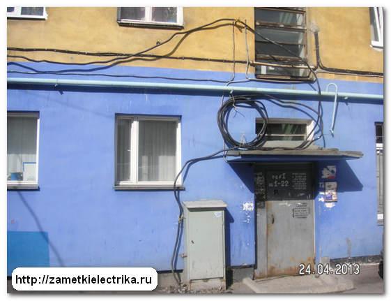 Чёрный кабель идущий от шкафа