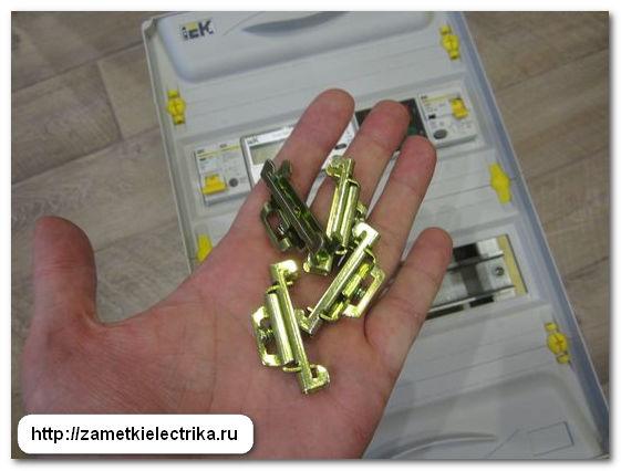 sborka_i_ustanovka_shhita_dlya_garazha_19